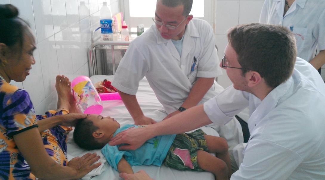 ベトナムで小児患者を診る医療インターン